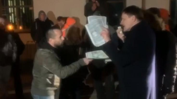 Hlina čelil Kotlebovcom na ich mítingu. Podali trestné oznámenie