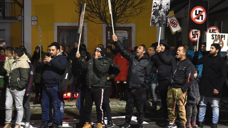 Počas mítingu Kotlebovcov na východe protestovali stovky Rómov