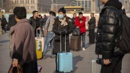 Vírusom sa v Číne nakazili ďalší, USA zavedú letiskové kontroly