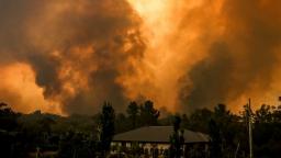 Austrália zažíva extrémy, piesočná búrka zatemnila oblohu