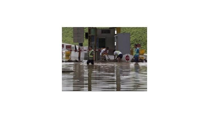 Čínu sužujú výčiny počasia, zaplavilo a zavalilo stovky ľudí