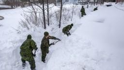 Kanadskú armádu povolali odhŕňať sneh, ľudí uväznil v domovoch