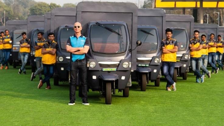 Amazon bude v Indii rozvážať tovar v 10 000 elektrických rikšiach