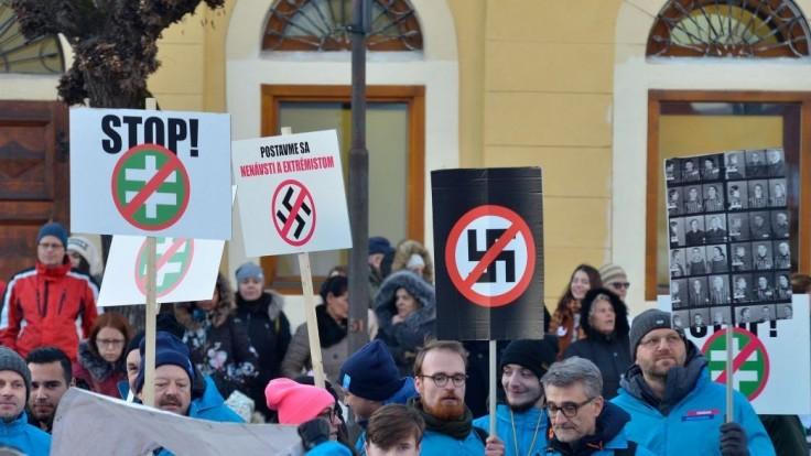 Tisícky ľudí prerušili míting Kotlebovcov. Nechceme vás tu, kričali