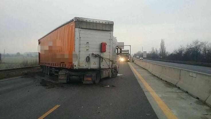 D1 je v smere z Bratislavy neprejazdná, skrížil sa tam kamión