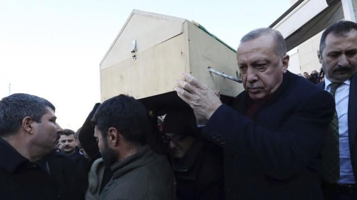 Erdogan navštívil zničené oblasti, varoval pred propagandou