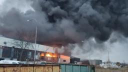 Proti veľkému požiaru výrobnej haly nasadili už vyše 80 hasičov