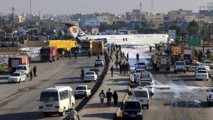 Lietadlo pri pristávaní prišlo o podvozok a rútilo sa na domy