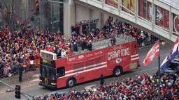V Kansas City oslavovali víťazstvo Chiefs, zrušili i vyučovanie