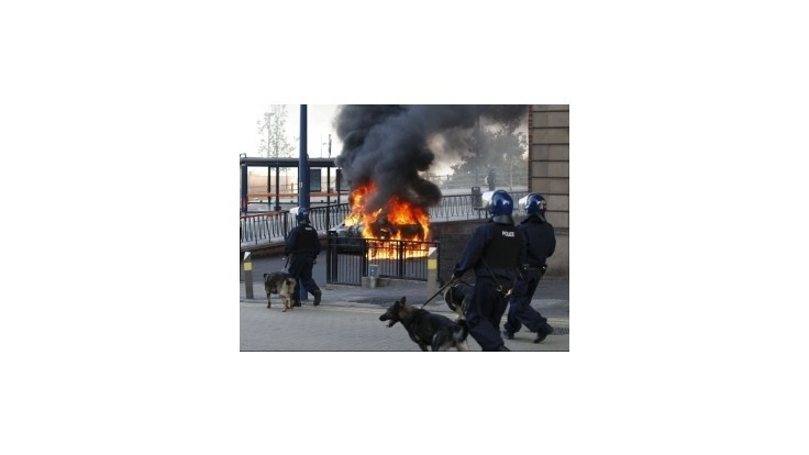Po minuloročných nepokojoch v Británii odsúdili takmer 2000 osôb