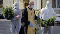 Veriaci vymenili kostoly za televízie, sviatky sú v tieni pandémie