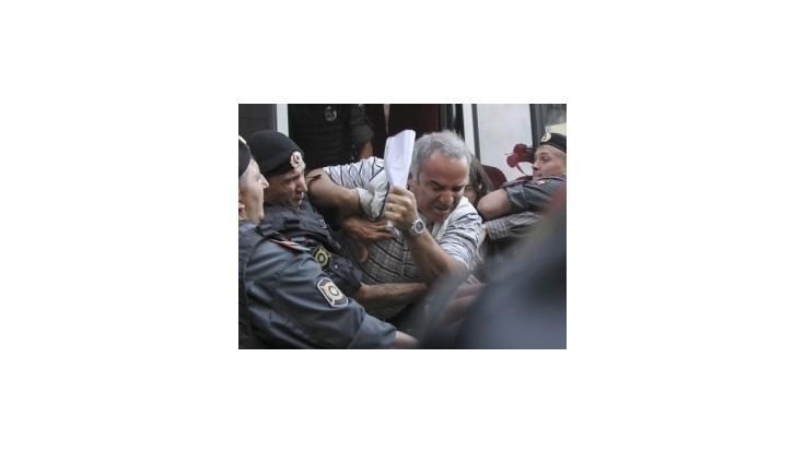 Kasparov údajne pohrýzol policajta, hrozí mu päťročné väzenie