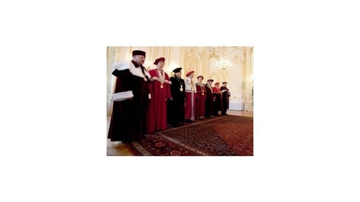 Odmeny rektorov dosahujú aj desaťtisíce eur