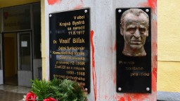 Výtvarníci spoznali svoj trest za poškodenie pamätníka Vasiľa Biľaka