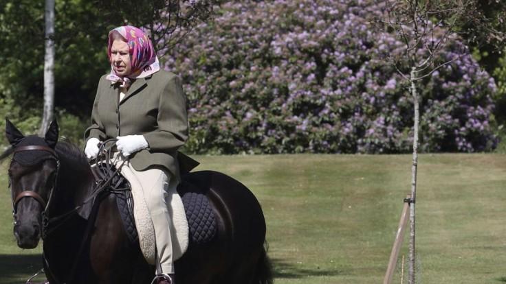 Britská kráľovná vyšla z izolácie, odfotografovali ju na poníkovi