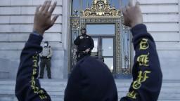 Po smrti Floyda sa situácia vyhrotila, policajti odchádzajú