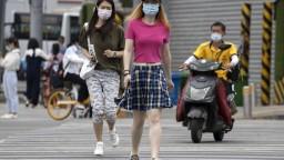 Číne pribúdajú prípady nákazy, Peking ruší lety a zatvára školy
