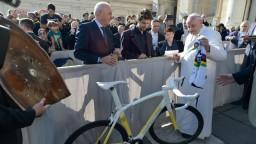 Pápež vydražil Saganov bicykel, z peňazí podporia nemocnice