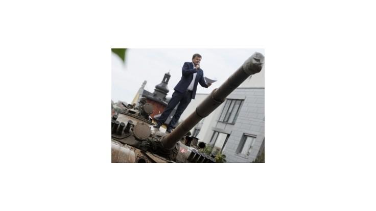 Hlina pristavil pred vilu Vasiľa Biľaka tank zo sovietskej éry
