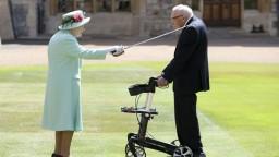 100-ročný veterán je rytierom, slávnostne ho pasovala kráľovná