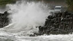 V Japonsku zúri tajfún, mieri do oblasti náchylnej na zosuvy pôdy