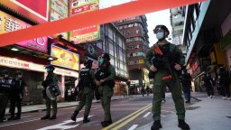 V uliciach Hongkongu sú opäť ľudia, nepáči sa im odklad volieb