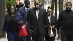 Obžaloba žiada pre obvinených z vraždy Floyda jeden proces