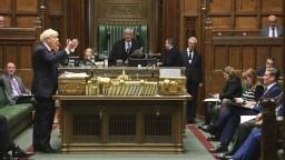 Johnson chce porušiť brexitovú dohodu, proti je päť expremiérov