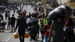 Utečencov presúvajú do dočasného tábora, tí chcú z ostrova odísť