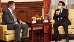 Taiwan navštívil americký diplomat, Čína reagovala vojenským cvičením