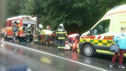 Vážna nehoda. Po zrážke autobusu a auta hlásia zranených