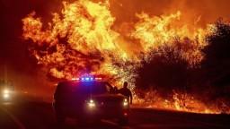 Boj s ohňom v Kalifornii ešte nevyhrali, evakuovali ďalších ľudí