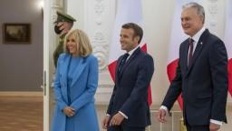 Macron pricestoval do Litvy, má sa stretnúť s Cichanovskou