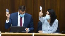 O potratoch sa nerozhodlo, viacerí poslanci vytiahli kartičky