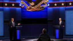 Napätie i útoky. Trump a Biden mali prvú prezidentskú debatu