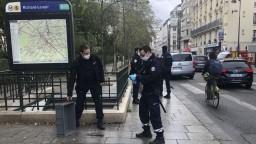 Mladíka, ktorý útočil pri bývalej redakcii Charlie Hebdo, obvinili