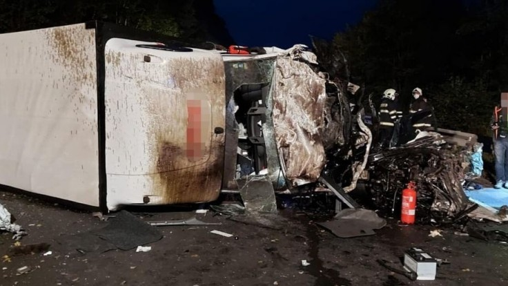 Pri tragickej zrážke s dvoma dodávkami zahynul 18-ročný vodič