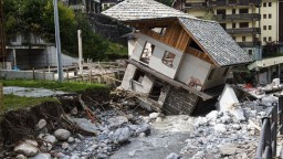 Voda strhla domy i mosty. Po záplavách na juhu Európy pribudli obete