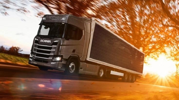 Scania testuje ťahač s prívesom pokrytým solárnymi panelmi