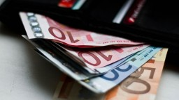 Európania pre krízu šetria, Slováci pokračujú v míňaní peňazí