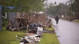 Hurikán Delta bičoval oblasť Louisiany, začal strácať na sile
