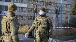 Do boja s pandémiou už nasadili stovky vojakov, bude ich viac