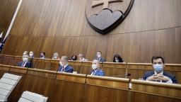 Nakazil sa i podpredseda parlamentu, Pellegrini kritizuje tajnosti