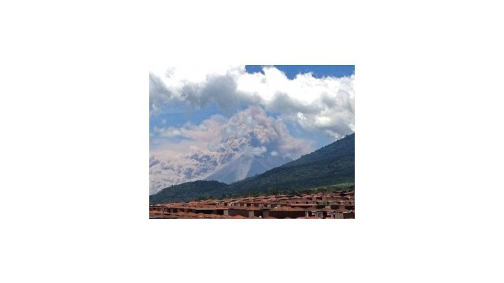 Výbuchy guatemalskej sopky vyhnali z domovov 33.000 obyvateľov