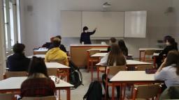 Časť učiteľov musí na diaľku učiť z tried. Vznikajú problémy