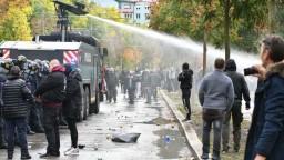 Stovky ľudí protestovali proti opatreniam, polícia použila vodné delo