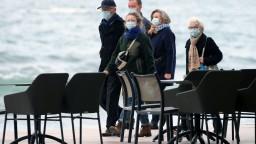 Francúzsko hlási nový rekord, Veľká Británia sprísňuje opatrenia