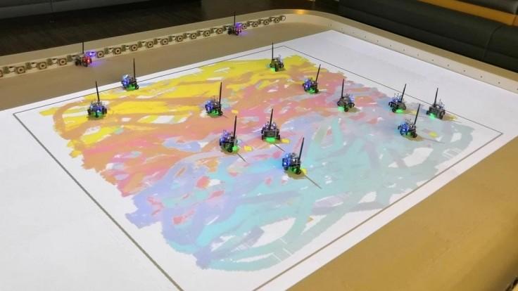 Miniatúrne roboty spolupracujú na maľovaní umeleckých diel