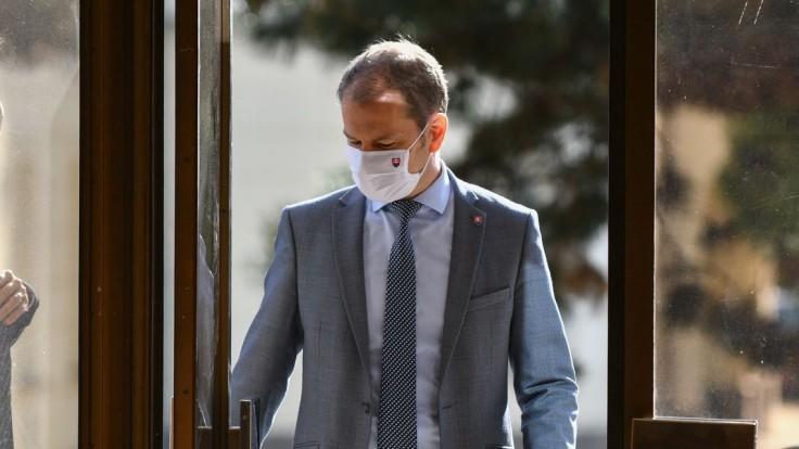 Premiér vyriešil svoj problém, býva v skolaudovanom dome