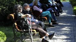 Schválili 13. dôchodky. Koľko seniori dostanú a koho sa to týka